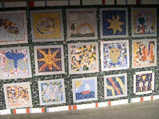 Mosaïques du préau réalisées par les enfants